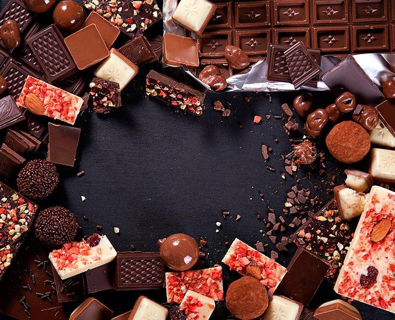 раскладка шоколада на столе